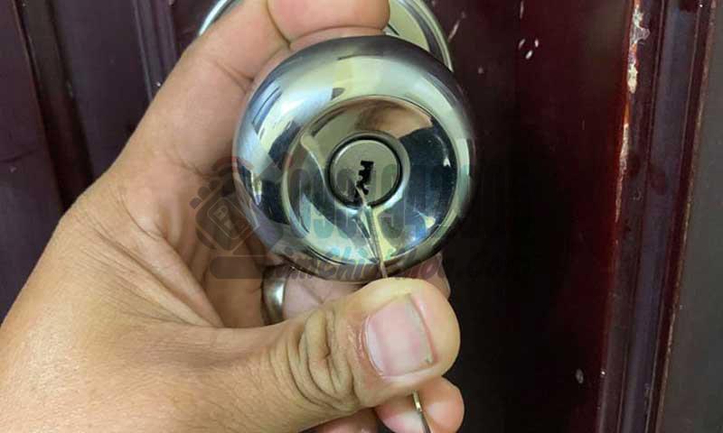 mở khóa cửa tay nắm tròn tay gạt