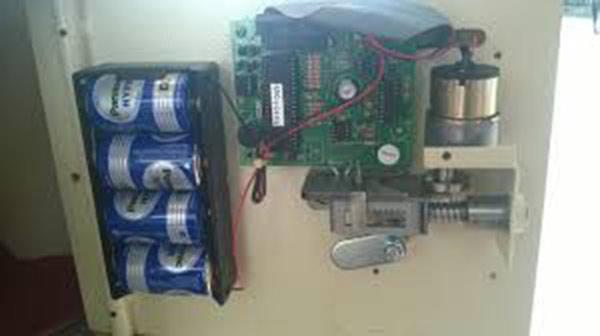 sửa khóa két sắt, sửa mạch điện, thay pin